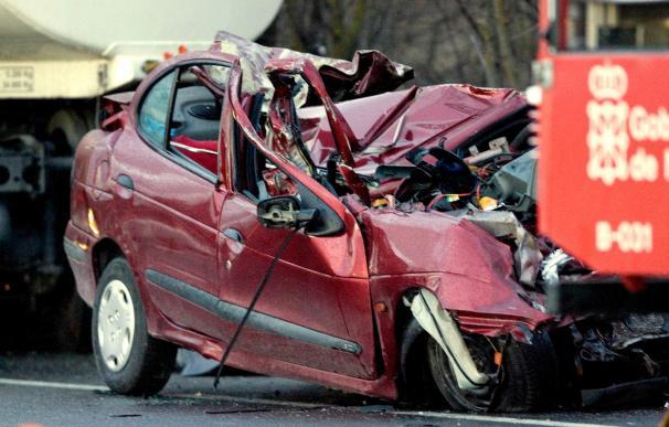 Fallece el conductor de un turismo en un choque con un camión en Esquíroz
