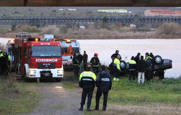 Un muerto y un herido leve al caer un turismo desde un puente en Mérida