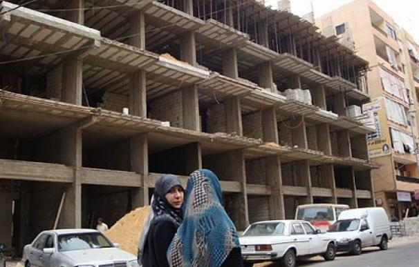 Dos mujeres pasan delante de un edificio en construcción en Hart-Hareik, en los suburbios del sur de Beirut controlados por Hezbolá.