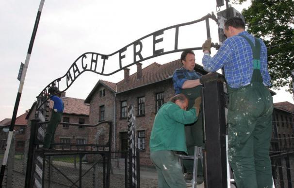 La Policía polaca recupera la placa robada de la entrada del campo de Auschwitz