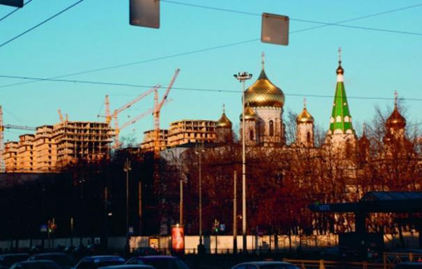 Las cúpulas doradas, del Siglo XIX, fueron retiradas de San Petersburgo por los bolcheviques. Volvieron restauradas en 2007. Detrás se puede ver un edificio en construcción sin permisos. | Sociedad para la preservación arquitectónica de Moscú