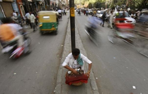 India combina la economía informal con una gran cantidad de burocracia. En la imagen un vendedor callejero en la parte vieja de Delhi. | Reuters