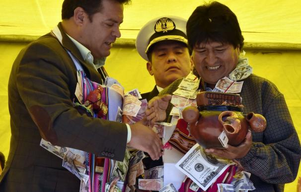 Bolivian President Evo Morales (R) receives a gift