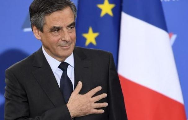 El escándalo sobre su mujer hace perder popularidad al favorito para presidir Francia