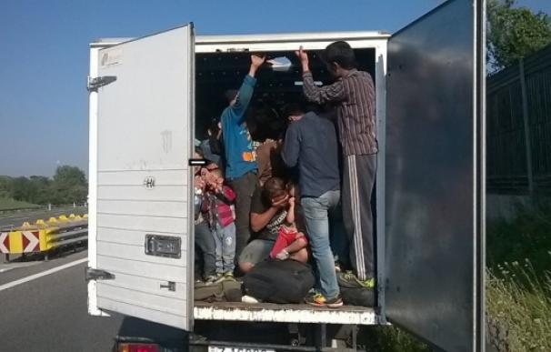 Imagen de archivo de un grupo de refugiados agolpados dentro de un camión (Foto: AFP)