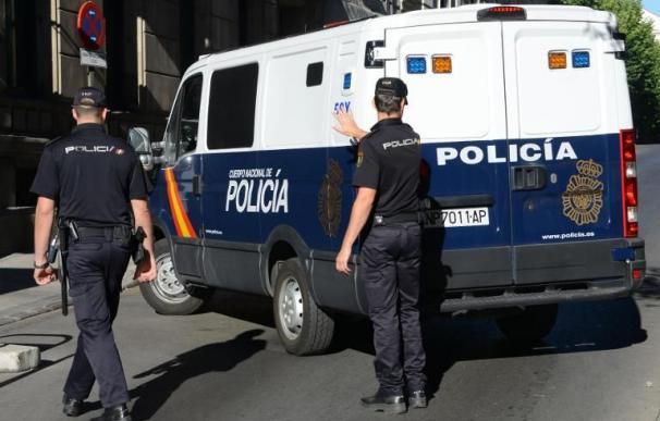 Dos agentes de Policía Nacional. Foto AFP