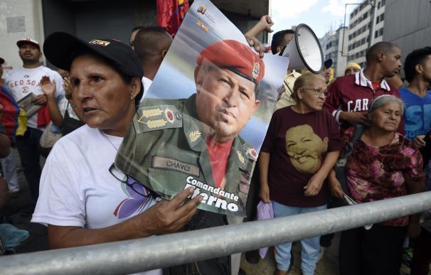 """Maduro pide """"rebelarse"""" frente a la retirada de imágenes de Chávez del Parlamento"""