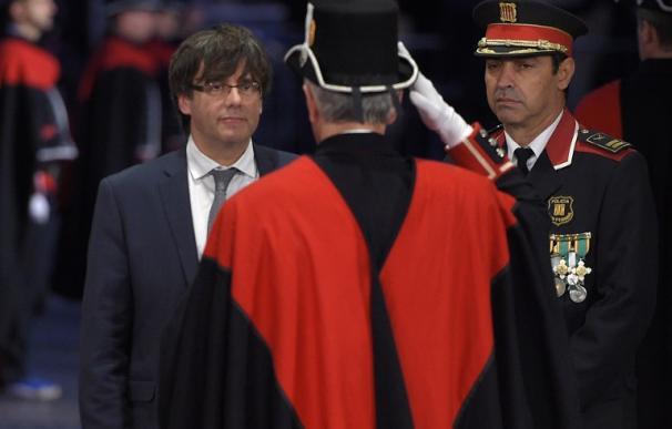 El nuevo President Carles Puigdemont a su llegada al Palau de La Generalitat en Barcelona, el 12 de enero de 2016. (AFP/ LLUIS GENE)
