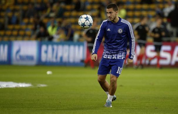 Chelsea's Belgian midfielder Eden Hazard warms up