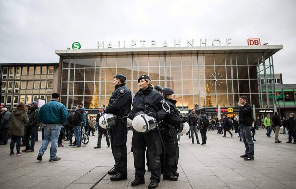 Policías en las inmediaciones de la principal estación de tren de Colonia. AFP