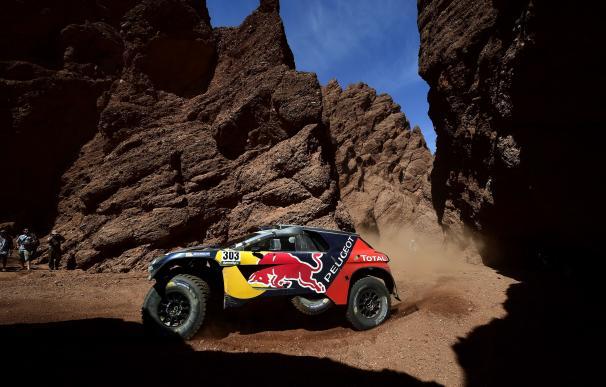 Carlos Sainz es el nuevo líder del Dakar tras ganar la novena etapa. / AFP