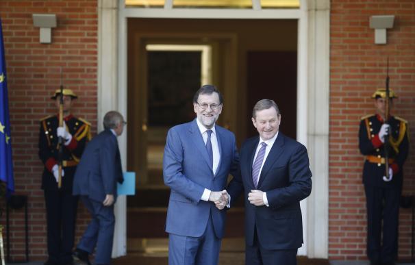 """Rajoy dice a Puigdemont que no autorizará referéndum y le pide no dejar la """"silla vacía"""" en Conferencia de Presidentes"""