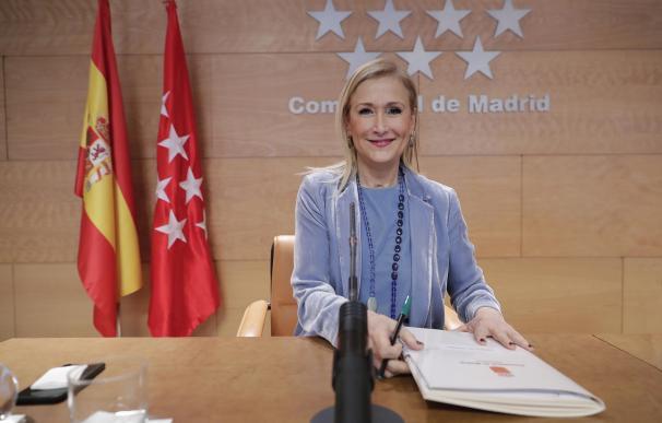 """Cifuentes cree que los datos muestran que Madrid va """"por el buen camino"""" en la lucha contra el paro"""