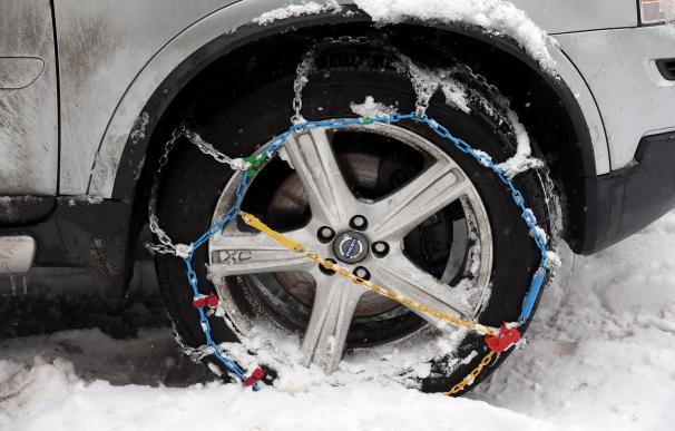 Imagen de un neumático equipado con unas cadenas de nieve