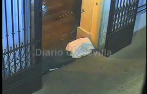 Un indigente prende fuego a otro en un cajero de la calle Sierpes (Vídeo cedido por Diario de Sevilla)