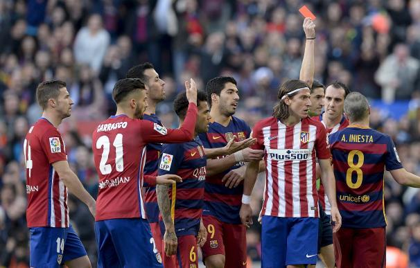 El Atlético dio la cara ante un Barcelona que consolida su liderato. / AFP