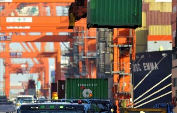 El déficit comercial se redujo el 38,8 por ciento hasta los 10.365,9 millones