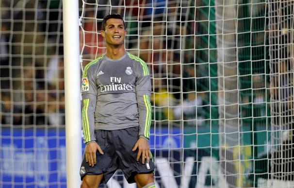 Cristiano Ronaldo se lamenta de una ocasión desperdiciada ante el Betis. / AFP
