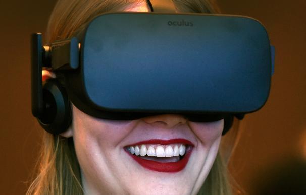 Una joven prueba unas gafas Oculus en el CES 2017