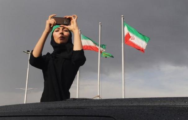 Una mujer toma una imagen en Teherán/AFP