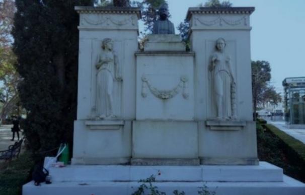 Actuaciones de limpieza en los monolitos de los jardines de María Cristina para eliminar nuevas pintadas