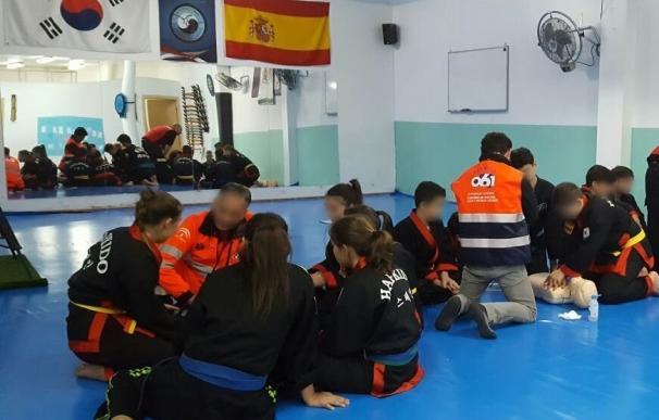 Profesionales del 061 enseñan primeros auxilios a jóvenes alumnos de artes marciales de Burguillos