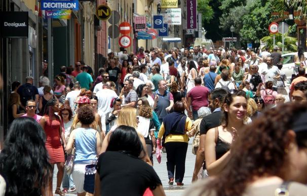 La caída de la inmigración y la mayor antigüedad de los extranjeros en el país hace más tolerantes a los españoles