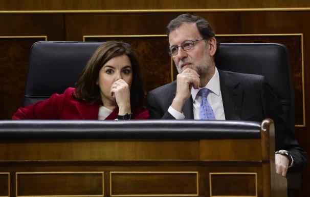 Rajoy, con Sáenz de Santamaría, en el Congreso.