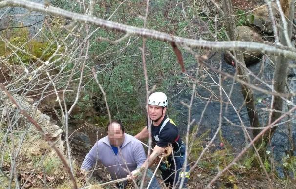 Rescatado un hombre de un talud de la cuenca del río Bullón que había acudido a socorrer a una oveja