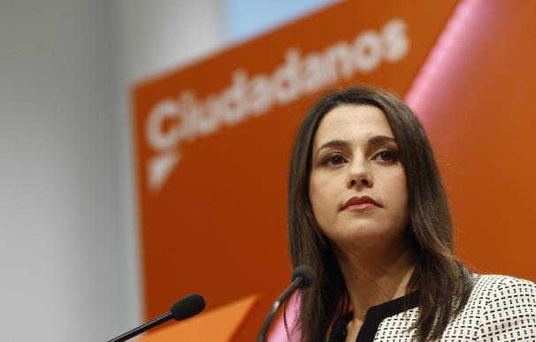 """Arrimadas dice que si hay elecciones en Cataluña, Ciudadanos sumará con otros """"partidos y personas"""" que respeten la ley"""