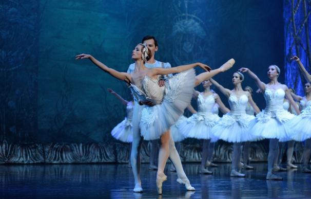 El Ballet Imperial Ruso representa 'El Lago de los Cisnes' en Santurtzi