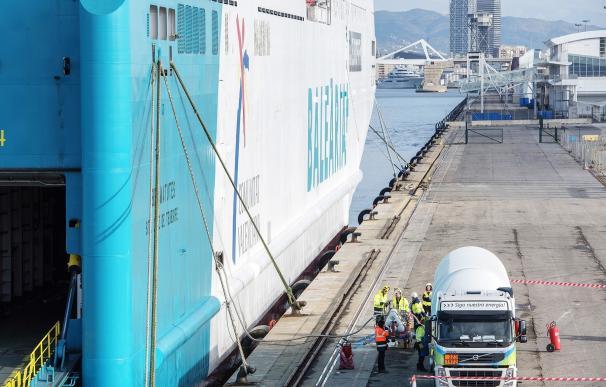 Gas Natural Fenosa hace la primera carga de GNL en un ferry de Baleària en el Puerto de Barcelona