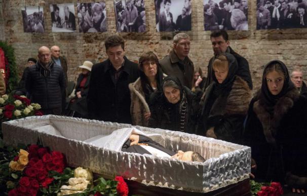 En Moscú, familiares y amigos dan el último adiós al político Boris Nemtsov frente a su féretro abierto (AFP: Alexander Utkin)