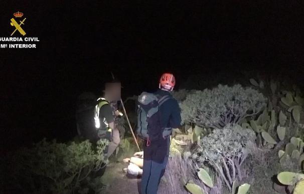 La Guardia Civil, con ayuda de un pastor, rescata a un parapentista en el acantilado de Teno (Tenerife)