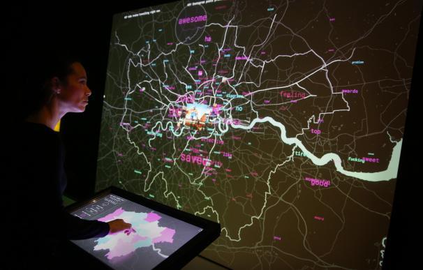 Una joven mira datos en vivo de Instagram, Twitter y el trasporte de Lodres en la exposición Big Bang Data en Somerset House. Getty Images