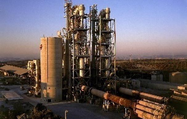 (Ampl.) Los fabricantes de cemento advierten de cierres de plantas por la escalada de la luz