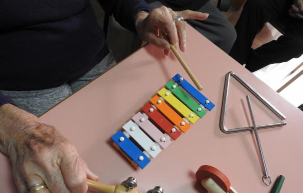 Calvià promueve sesiones de musicoterapia para aliviar y ejercitar la mente de los ancianos de la Llar
