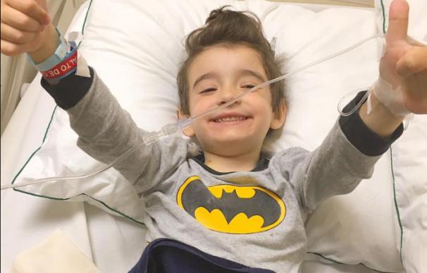 Santi, el pequeño 'superhéroe' que lucha contra el cáncer emociona en Facebook