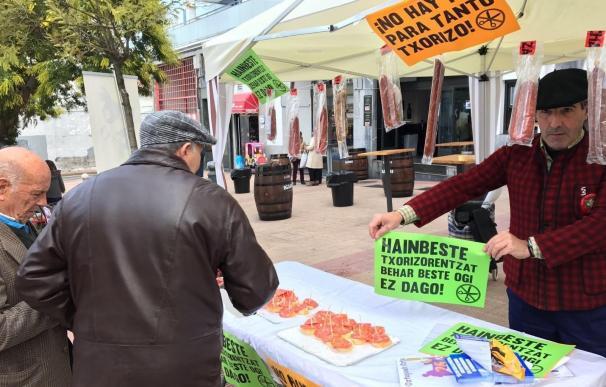 Berri-Otxoak reparte más de 2.000 pinchos de chorizo para denunciar el recorte del Ayuntamiento en prestaciones sociales