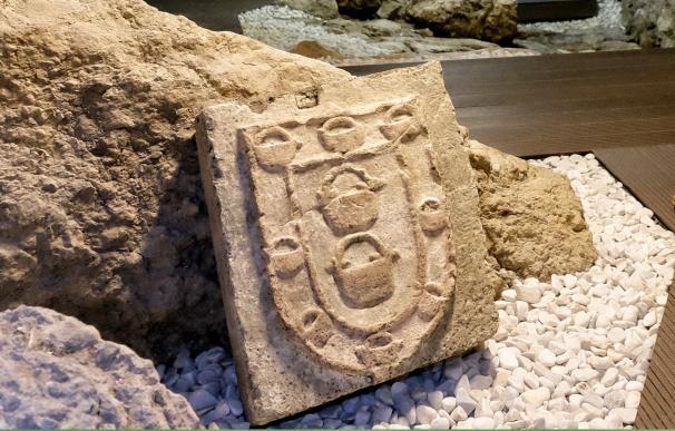 El Ayuntamiento recupera un escudo del siglo XV de una antigua casa gótica destruida por el incendio de 1941