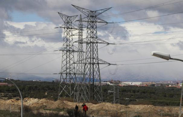 El precio de la electricidad caerá hoy hasta 61,42 euros por MWh, un 33% menos que los máximos marcados