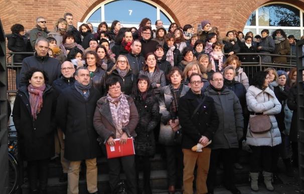 Representantes institucionales y compañeros de trabajo de la vecina de Burlada se concentran para condenar su muerte