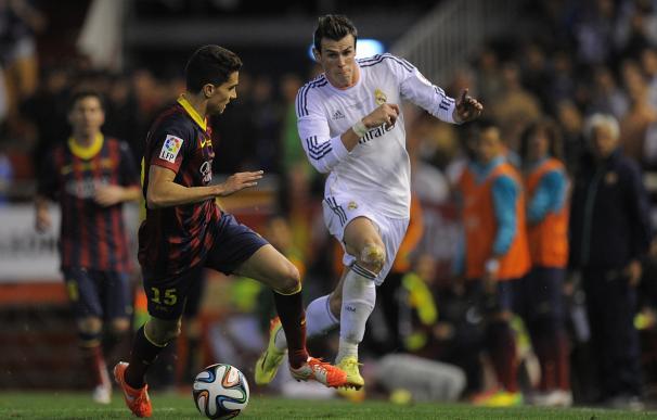 Gareth Bale supera a Bartra en un sprint en la final de Copa de 2014.