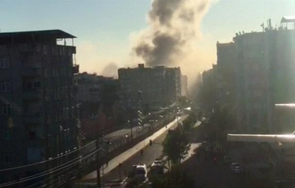 Al menos un muerto y 30 heridos en un atentado con coche bomba en Turquía