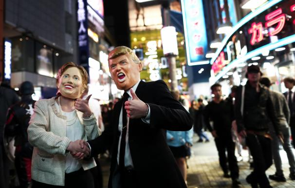 Hillary Clinton and Donald Trump en Japón