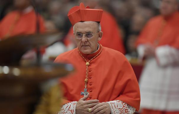 El Papa impone la birreta de cardenal al arzobispo de Madrid Carlos Osoro