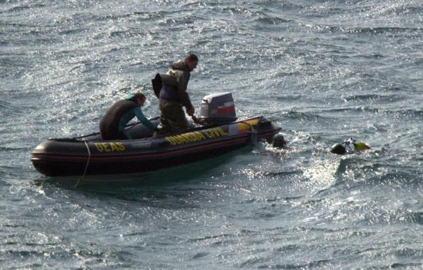 Reanudan las operaciones de búsqueda del marinero desaparecido en Ribeira