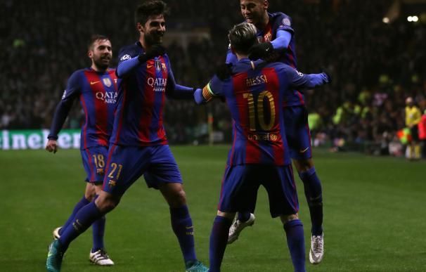 Neymar y André Gomes felicitan a Messi en uno de sus goles en Celtic Park.