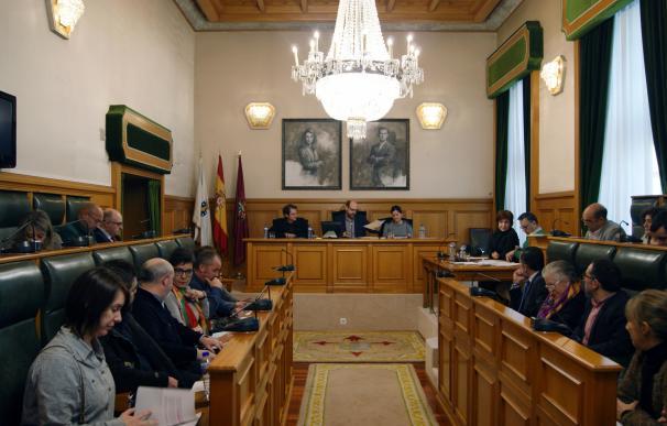 El pleno de Santiago aprueba mover un millón para pagar sentencias de otros mandatos con la abstención de PP, PSOE y BNG