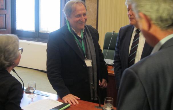 Paco Lobatón encabeza una reunión con asociaciones de desaparecidos y diputados del Parlament